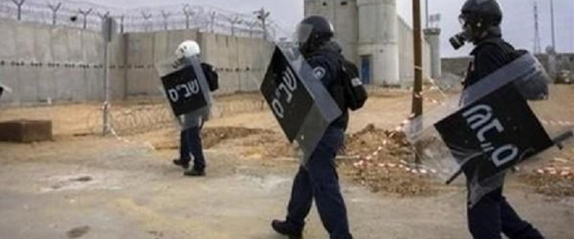 """قوات القمع الاسرائيلية تقتحم قسم (1) في معتقل """"نفحة"""""""