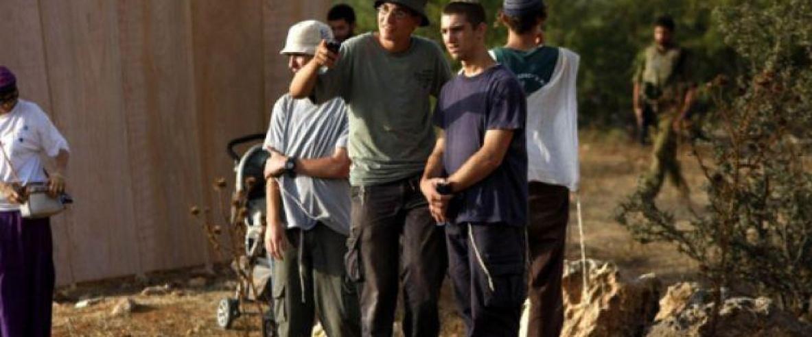مستوطنون بحماية الاحتلال يعتدون على مزارعين ومتضامنين اجانب جنوب نابلس
