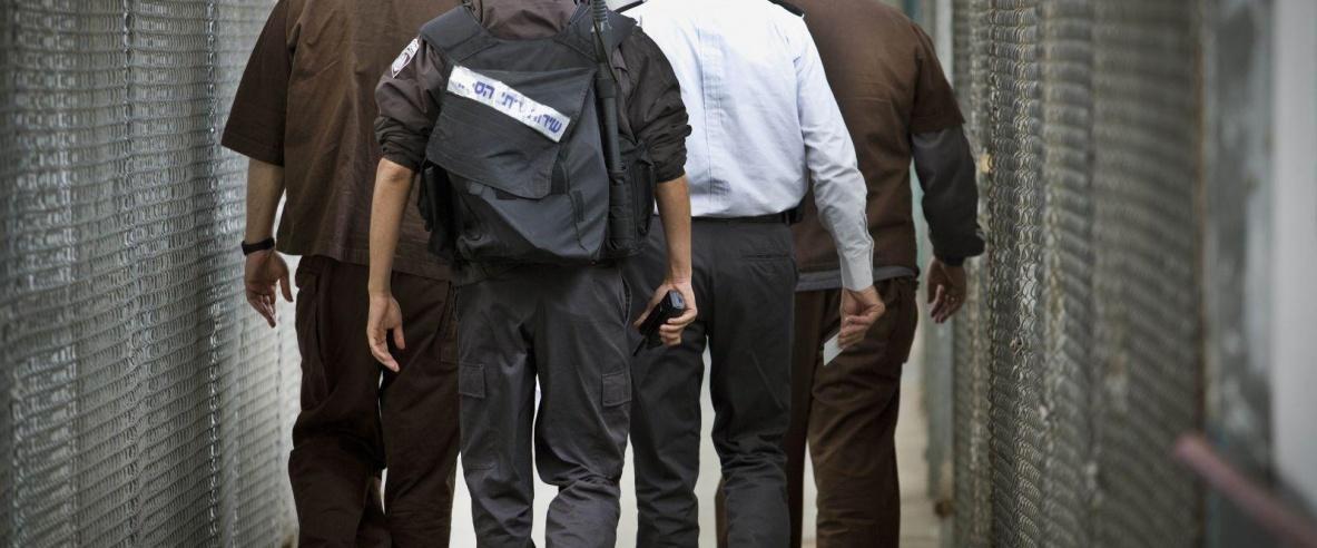 اعتقال ضابط اسرائيلي بتهمة تهريب هواتف للاسرى