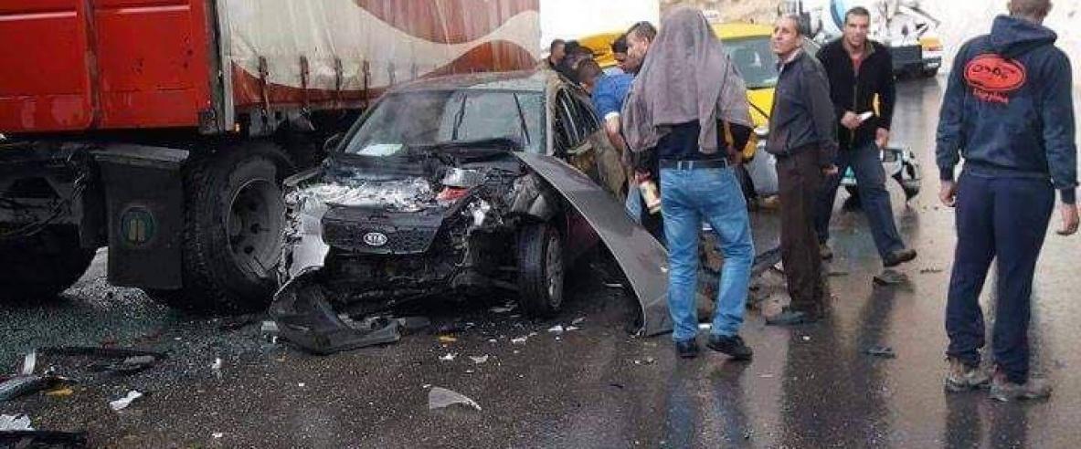 اصابة 10 مواطنين على طريق واد النار
