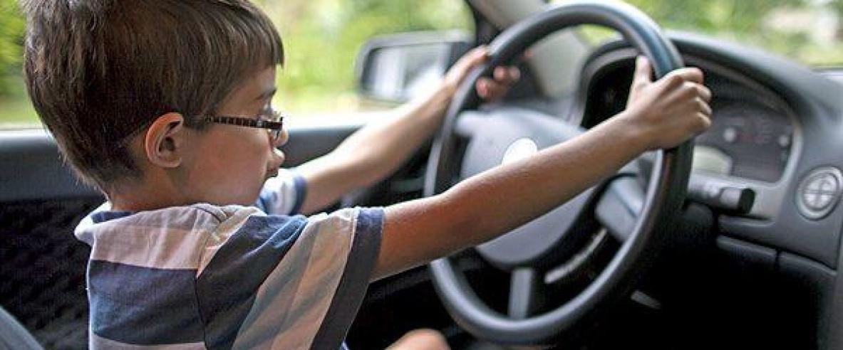 الشرطة تنقذ طفلا تركه والده داخل مركبة مغلقة في الخليل