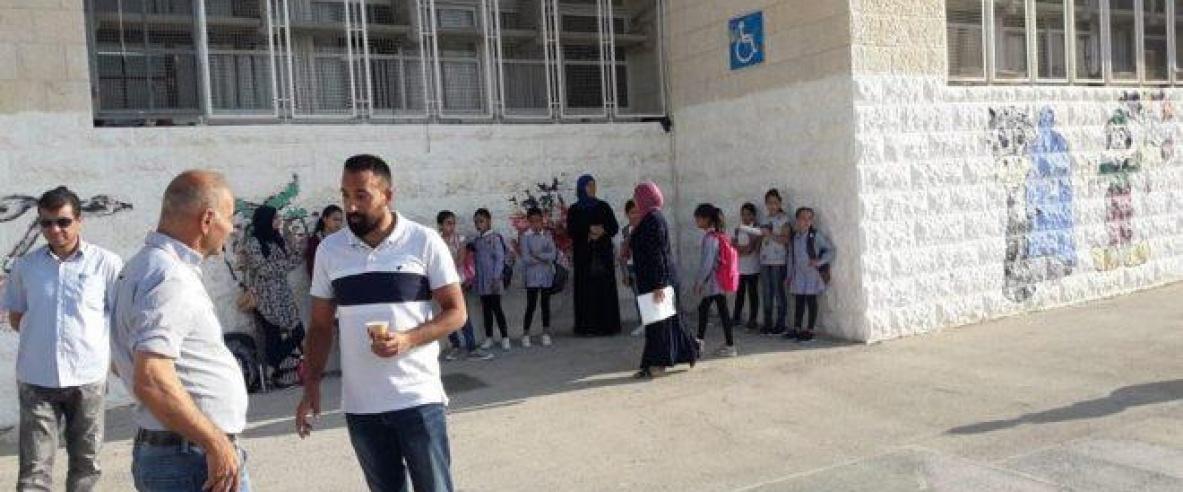 """أهالي """"العيسوية"""" يحتجون على بلدية الاحتلال في القدس لنقص الغرف الصفية"""