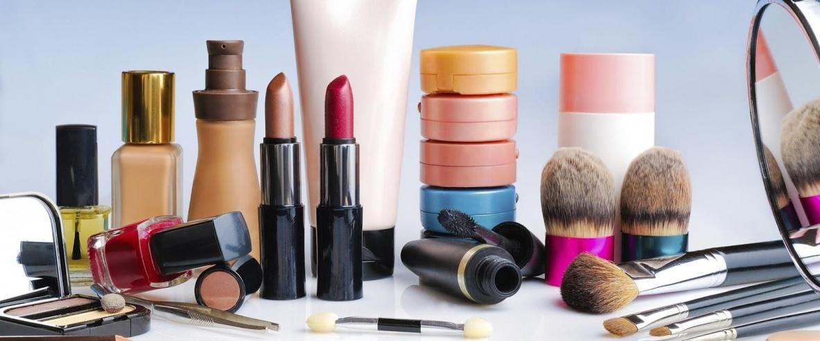 كيميائيات بمستحضرات التجميل تضر بخصوبة المرأة