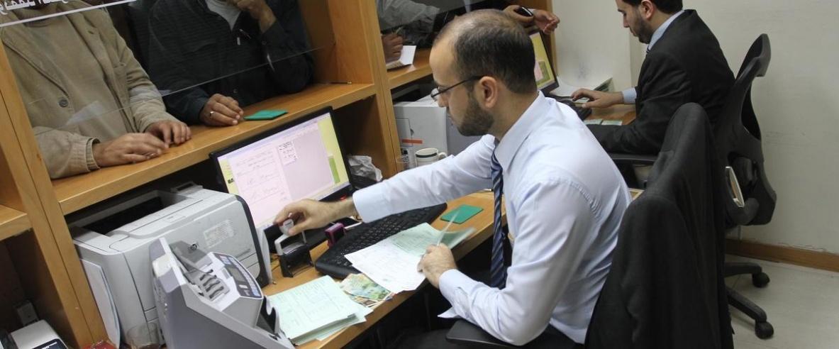 صرف دفعة مالية لموظفي غزة الأحد بنسبة 40%