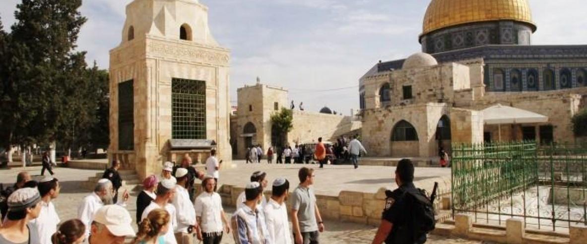 مستوطنون يقتحمون الاقصى بحراسة الاحتلال