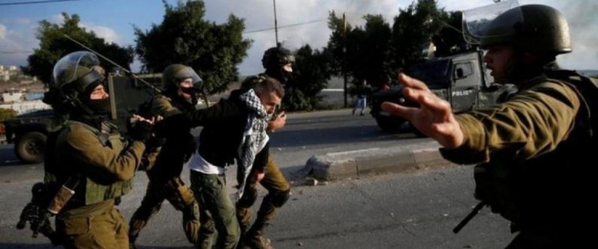 الاحتلال يعتقل شابين من القدس ويستدعي 6 آخرين للتحقيق