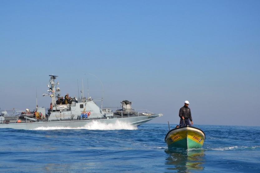 زوارق الاحتلال تطلق النار وتلاحق مراكب الصيادين ببحر قطاع غزة