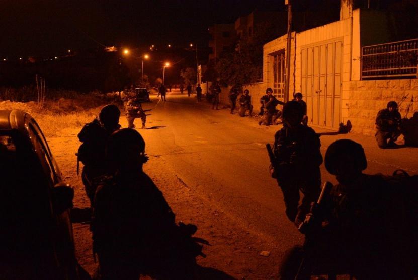 إصابات واعتقال 7 مواطنين بمداهمات ليلية بالضفة