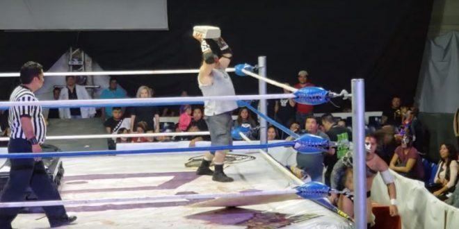 """بالفيديو: مصارع يضرب خصمه بحجر """"بلوك"""""""