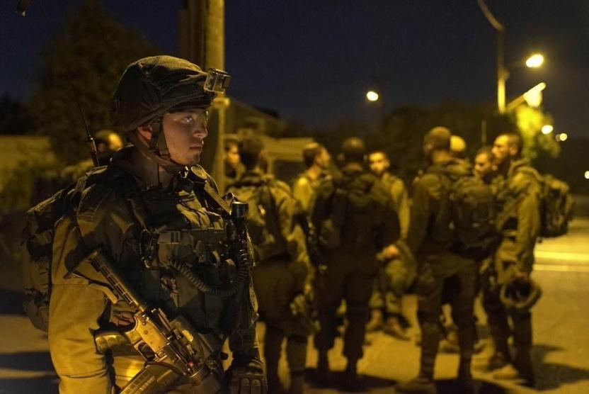 الاحتلال يعتقل 14مواطنًا بمداهمات بالضفة