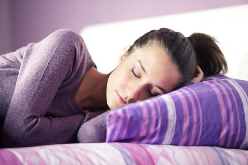 4 أطعمة تساعدك على النوم بشكل أفضل