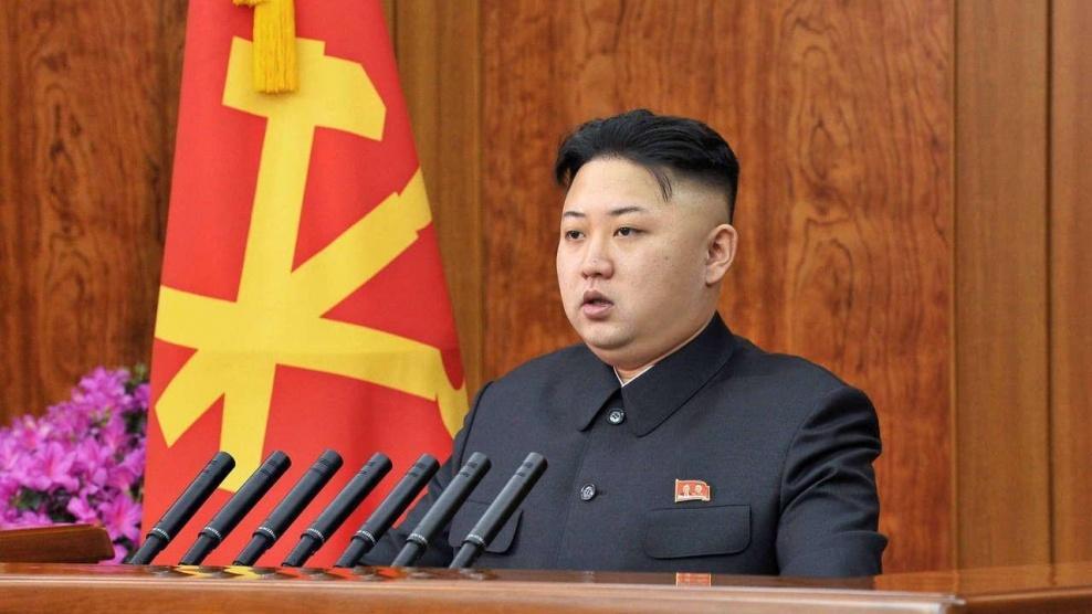 زعيم كوريا الشمالية يتفقد غواصة جديدة ويشير إلى نظم أسلحة
