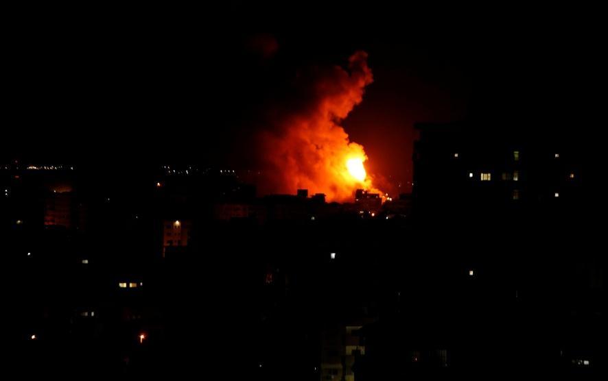 غارات إسرائيلية في غزة بعد سقوط صاروخ قرب