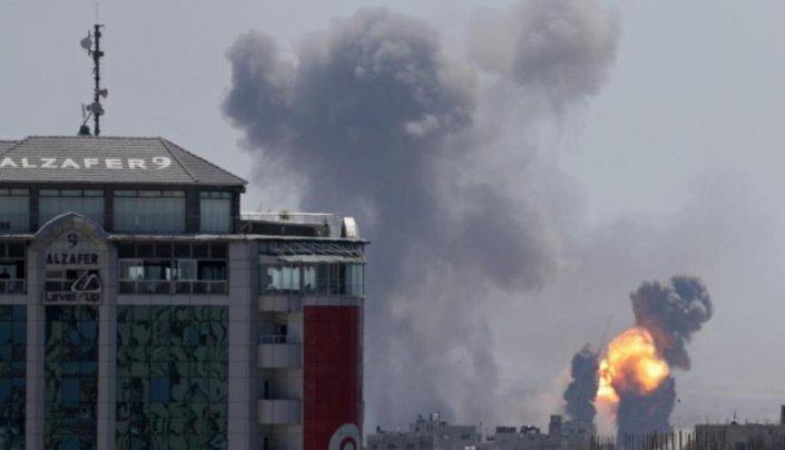 غارات اسرائيلية تستهدف عدة مناطق بقطاع غزة