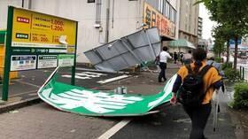 إعصار عنيف يضرب طوكيو ويتسبب باضطرابات في حركة النقل