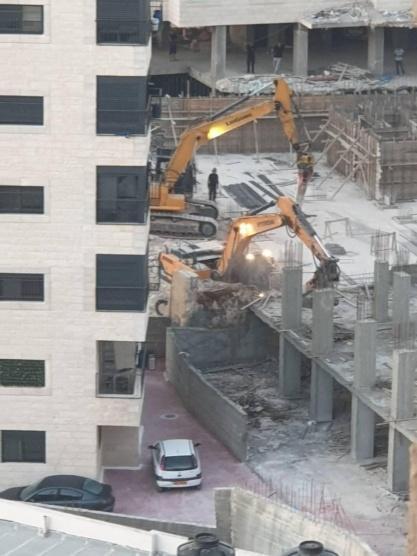 جرافات الاحتلال تهدم بنايتين في العيزرية