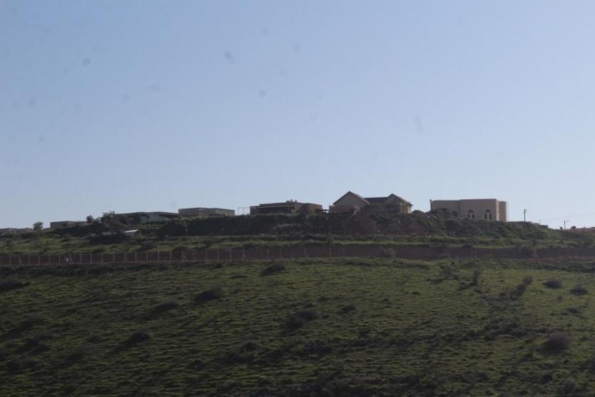 مستوطنون يواصلون نهب أراضي الفارسية بالأغوار الشمالية