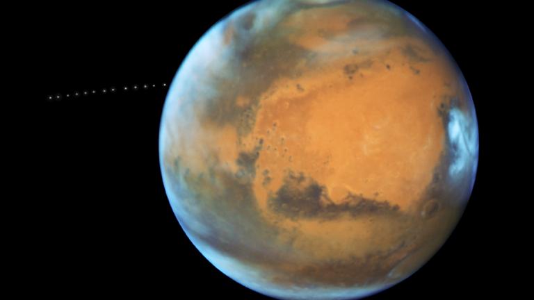 اكتشاف أجزاء من القمر في مدار المريخ